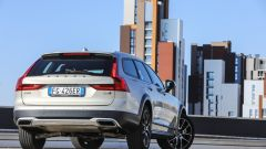 Volvo V90 Cross Country: vista 3/4 posteriore
