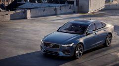 Volvo V90 e S90 R-Design: il frontale sfoggia un paraurti più tormentato