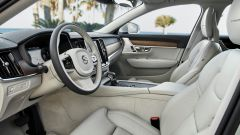 Volvo V90: i sedili anteriori sono sottili per non rubare spazio ai passeggeri posteriori, ma molto accoglienti