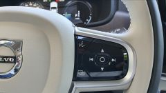 Volvo V90 T6 Recharge Plug-in Hybrid AWD Inscription, comandi al volante, razza destra