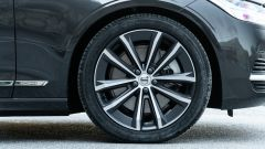 Volvo V90 T6 Recharge Plug-in Hybrid AWD Inscription, il cerchio anteriore