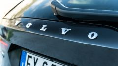 Volvo V90 T6 Recharge Plug-in Hybrid AWD Inscription, il marchio in coda