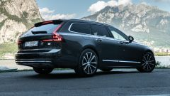 Volvo V90 T6 Recharge Plug-in Hybrid AWD Inscription, vista 3/4 posteriore
