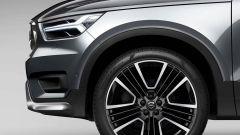 Volvo XC40 con il nuovo exterior styling kit: dettaglio del cerchio e del frontale