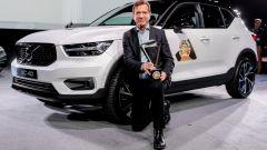 Volvo XC40, il Ceo di Volvo Hakan Samuelsson col premio Car of the Year 2018