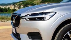 Volvo XC60 AWD Momentum Pro, dettaglio del gruppo ottico anteriore