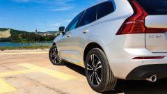 Volvo XC60 AWD Momentum Pro, dettaglio della 3/4 posteriore