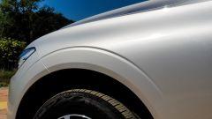 Volvo XC60 AWD Momentum Pro, dettaglio della scalfatura sul passaruota