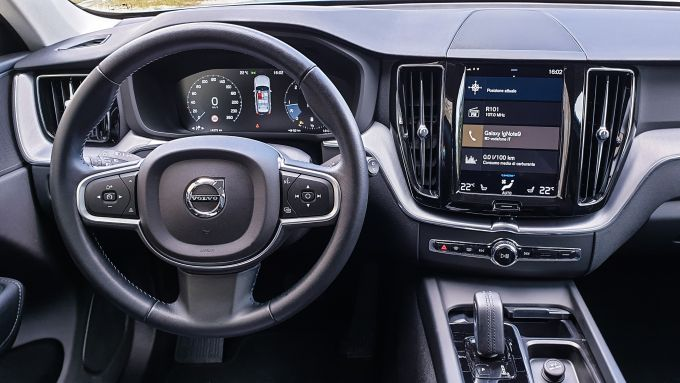 Volvo XC60 AWD Momentum Pro, l'infotainment con interfaccia Sensus