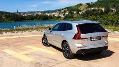Volvo XC60 AWD Momentum Pro, vista 3/4 posteriore