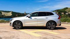 Volvo XC60 AWD Momentum Pro, vista laterale