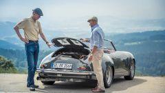Walter Rohrl esamina il vano motore della Porsche 356 3000 RR