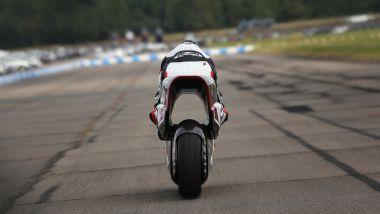 White Motorcycle Concepts WMC250EV, anche il pilota sembra attraversato dal tunnel Venturi