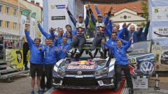 WRC Polonia - Mikkelsen festeggia la vittoria con il suo team