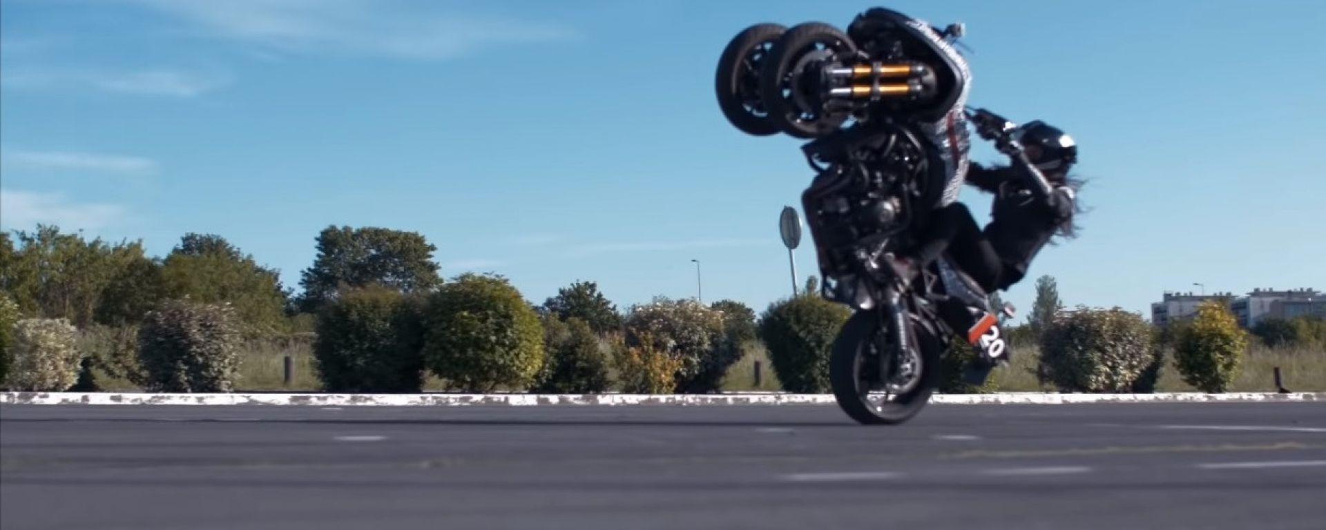 Yamaha Niken: la stuntman Sarah Lezito in impennata