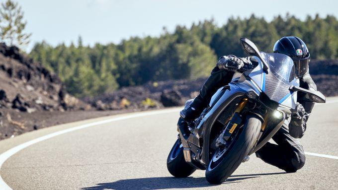 Yamaha R1M con Pirelli Diablo Rosso IV