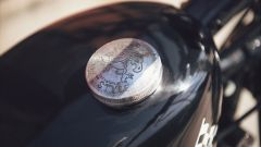 Yamaha SCR950 Chequered by Brat Style, tappo serbatoio