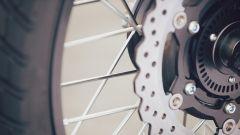 Yamaha SCR950: i cerchi sono a raggi con il canale in alluminio