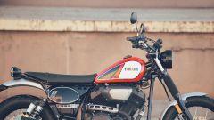 Yamaha SCR950: il manubrio è largo e arretrato