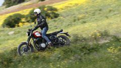Yamaha SCR950: la posizione del manubrio è perfetta per la guida in piedi