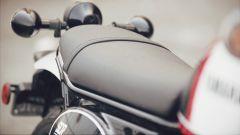Yamaha SCR950: la sella è piatta, come si conviene a una scrambler