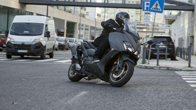 Yamaha TMAX 560 2020: in città