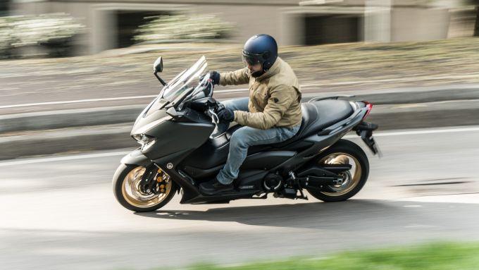 Yamaha TMax 560 Tech Max 2020: in piega