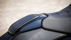 Yamaha TMAX SX 2017: i pulsanti sul puntale della sella