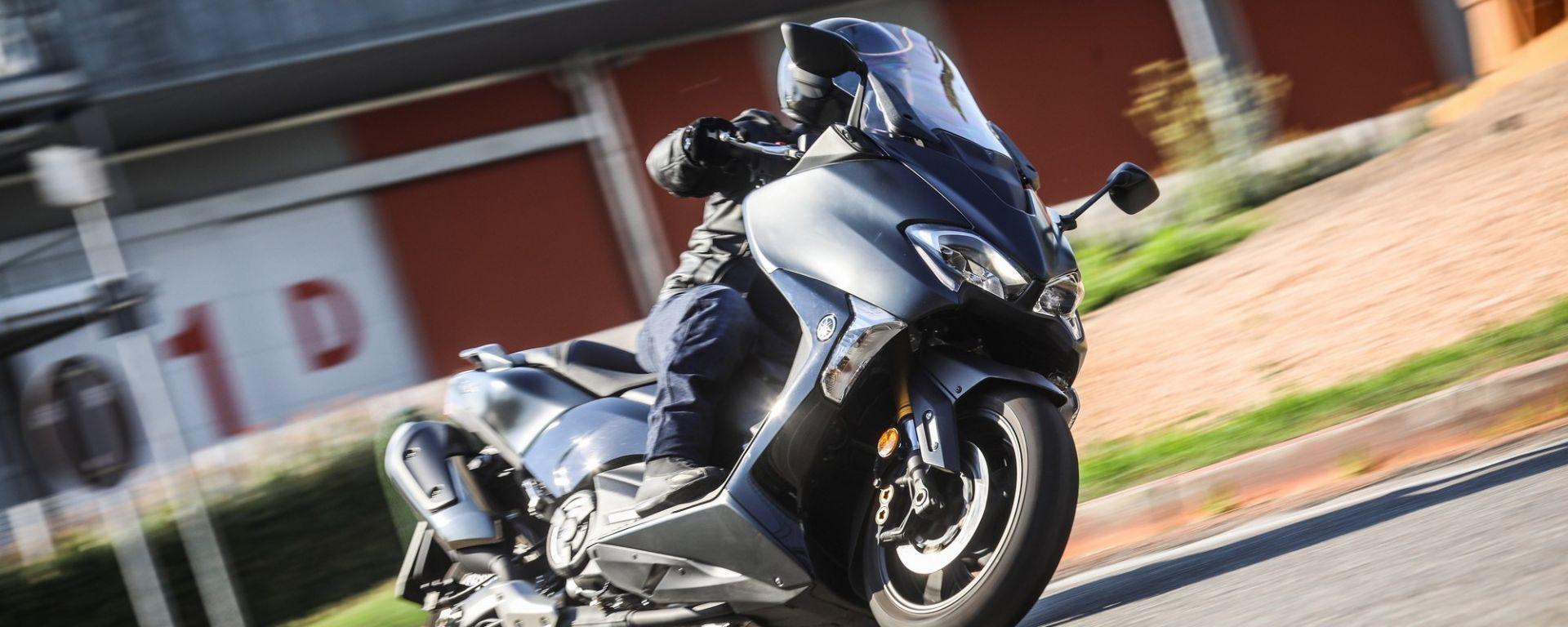 Yamaha TMAX SX 2017: piega come una moto