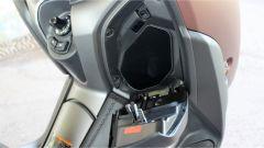 Yamaha X-Max 300: il vano nello scudo