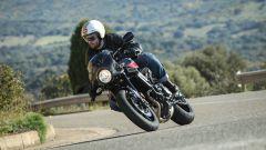 Yamaha XSR900 Abarth: il manubrio avanzato, basso e largo affatica le braccia