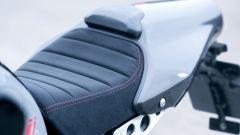 Yamaha XSR900 Abarth: la sella ha una finitura scamosciata impermeabile
