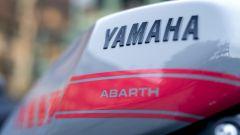 Yamaha XSR900 Abarth: le scritte sul serbatoio sono protette da uno strato di vernice trasparente