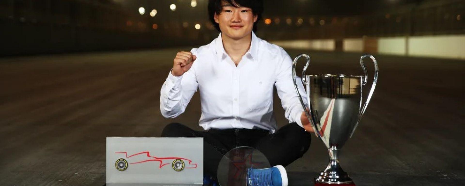 Yuki Tsunoda alla premiazione della stagione F2 2020   Foto: Fia Formula 2