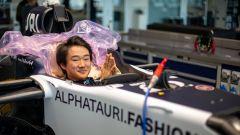Yuki Tsunoda prova il sedile nella sede AlphaTauri di Faenza | Foto 1/3