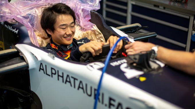 Yuki Tsunoda prova il sedile nella sede AlphaTauri di Faenza | Foto 2/3