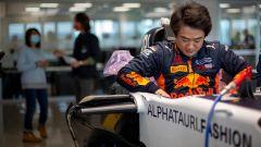 Yuki Tsunoda prova il sedile nella sede AlphaTauri di Faenza | Foto 3/3